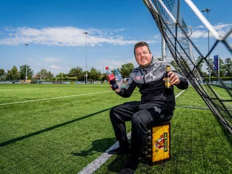 Fles agua net als Ronaldo? Nee, voetballer Edwin maakt liever een statement met een krat bier