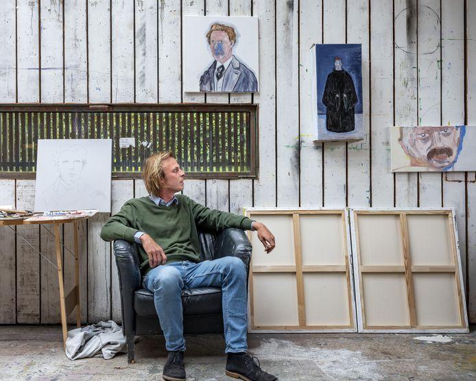 Jonah Falke in het atelier in Zundert tussen zijn schilderijen.