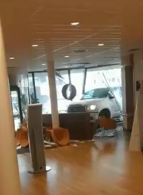 Videostill van het moment waarop de witte pickuptruck het stadhuis van NIjkerk ramt. BRON Twitter