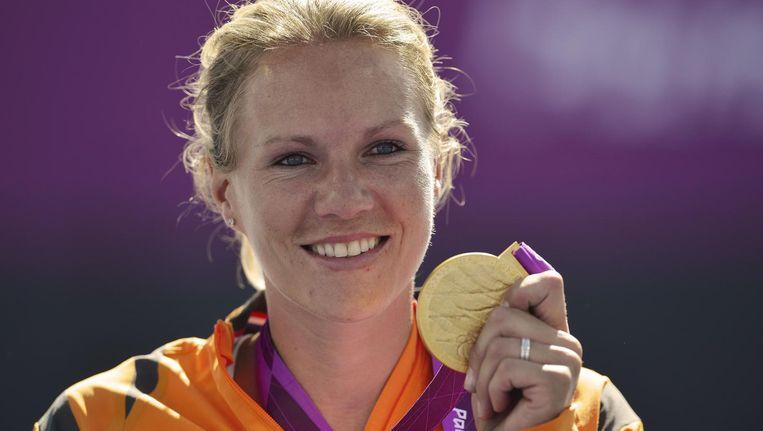 Vergeer toont haar gouden plak op de Paralympische Spelen van Londen in 2012 Beeld afp