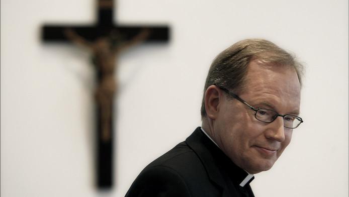 Kardinaal Wim Eijk zou van Rhianna af willen, omdat in het lichaam dat door God is geschapen niet gesneden hoort te worden.