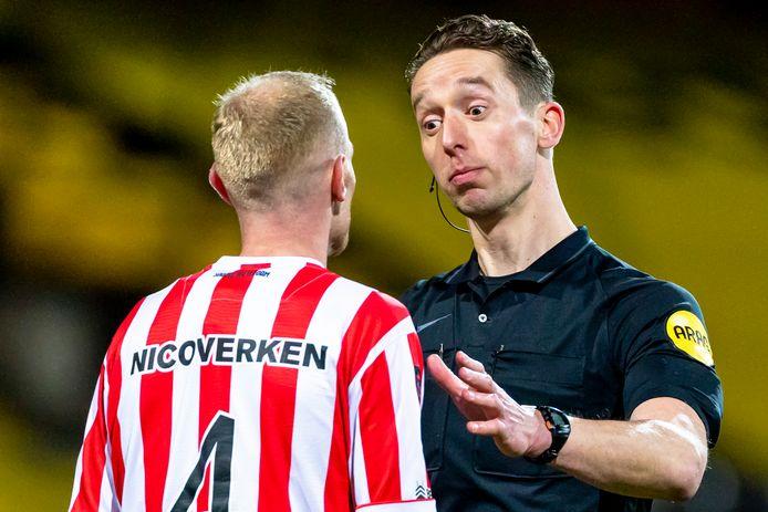 Christiaan Bax spreekt Spartaan Tom Beugelsdijk toe tijdens VVV-Venlo - Sparta. FOTO PRO SHOTS