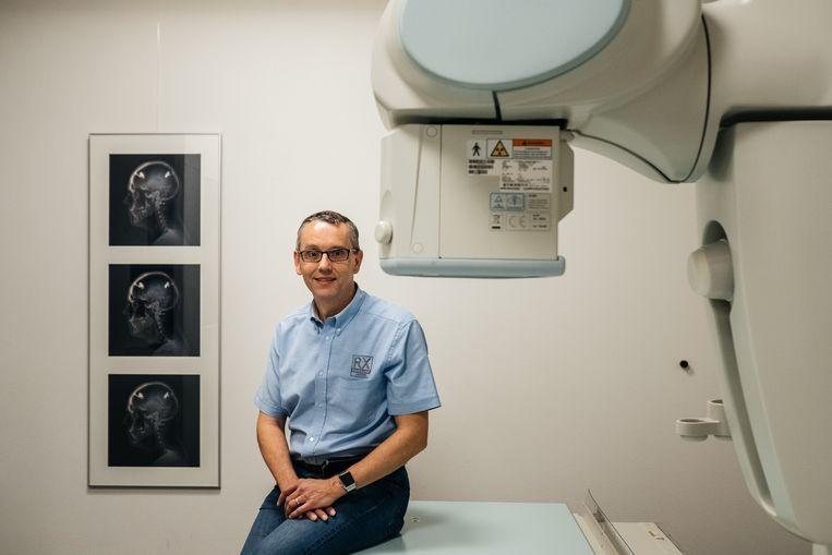 Radioloog Hans Jaspers runt een privépraktijk in Genk waar liefst 250.000 patiënten geregistreerd staan. Beeld Wouter Van Vooren