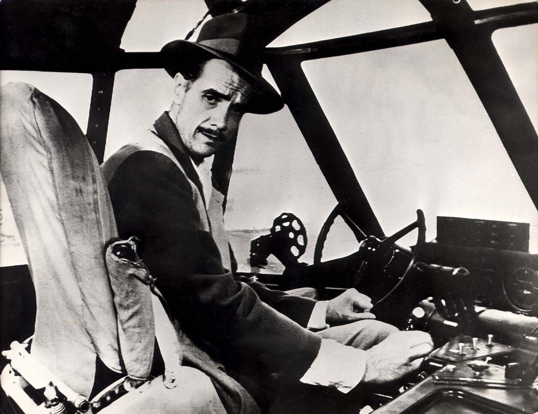 De schathemeltjerijke Howard Hughes op de pilotenstoel. Beeld Hollandse Hoogte, EPA