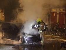 Auto vliegt al rijdend in brand