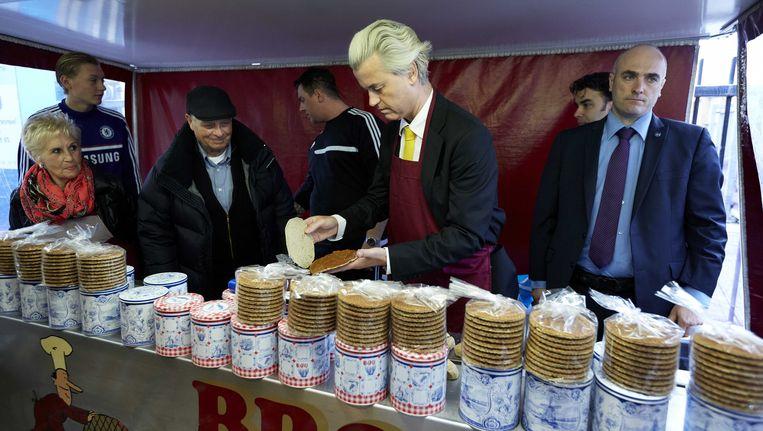 PVV-leider Geert Wilders bakt stroopwafels. Beeld null