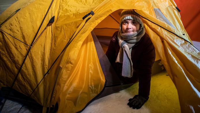 """Greta Thunberg, bonnet à oreilles vissé sur la tête, a posté sur Twitter une photo d'elle-même emmitouflée dans un sac de couchage coloré, prête à passer la nuit """"par -15°"""" dans une tente de l'Arctic Basecamp. Un message rectifié par l'Arctic Basecamp qui évoque -18°."""