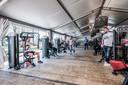 De nieuwe tent van Pro Sport is groot, maar kan bij lange na niet tippen aan het normale oppervlakte van de sportschool.