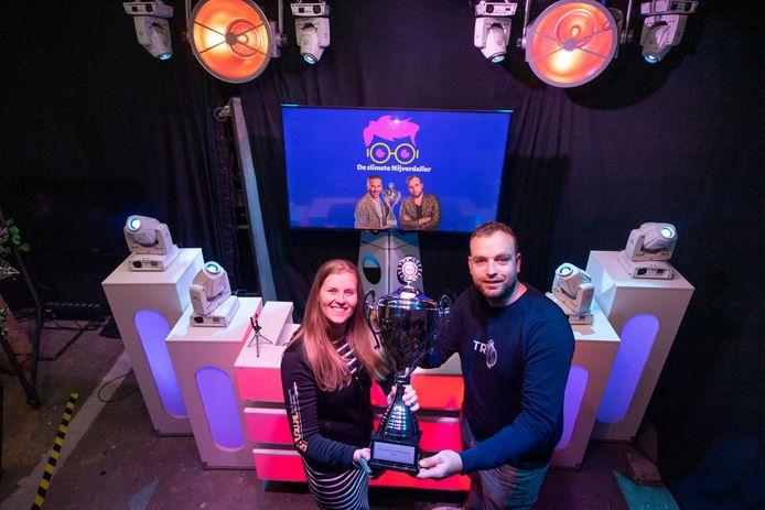 Martijn en Lotte Rutgers in de studio van DJVoorJou, van waaruit zaterdagavond een onlinequiz wordt gehouden.
