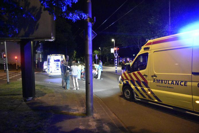 Hulpdiensten helpen het slachtoffer na de aanrijding in Arnhem.