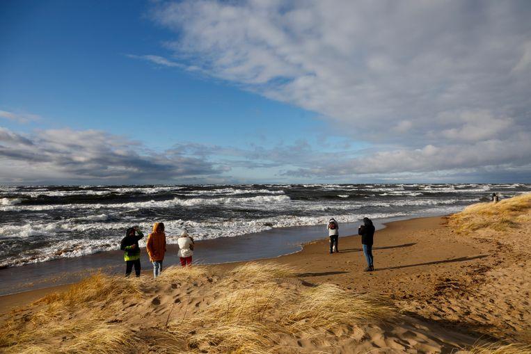 Mensen genieten van het strand in de buurt van Riga. Beeld EPA