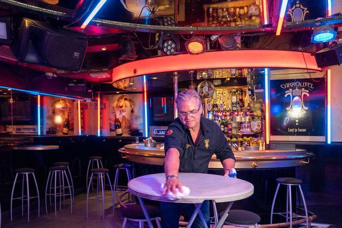 Jan van Son in zijn nachtcafé de Carrousel in de Karrenstraat. Hij laat het bedrijf voorlopig op slot.