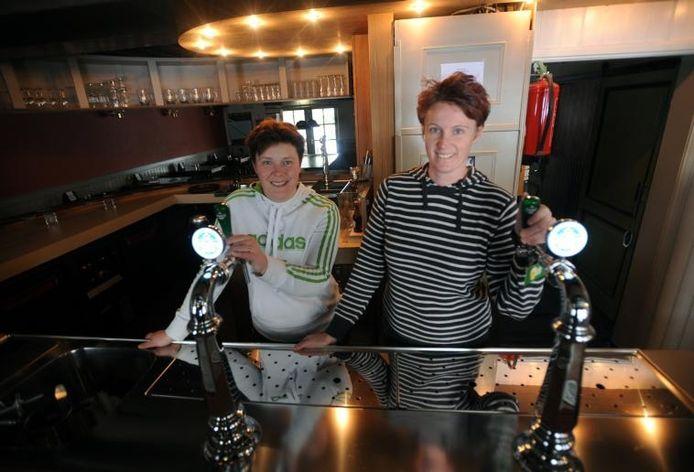 Emmy van der Vlugt (links) en Ester Snoeij hopen met eetcafé De Meiden het uitgaansleven in 's-Heerenhoek een boost te geven. foto Willem Mieras