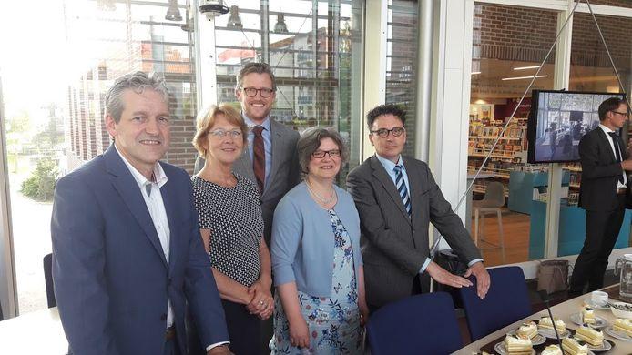 Het nieuwe college van Rhenen: burgemeester Hans van der Pas en de wethouders Simone Veldboer (PCR), Hans Boerkamp (D66), Jolanda de Heer (CU) en Peter de Rooij (SGP).