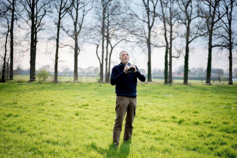 Vogelaar Nico de Haan (73) schreef het vogelboek: 'De gewiekste vogelgids: Slim en eenvoudig vogels herkennen voor iedereen'. Beeld Bram Petraeus