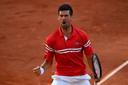 Novak Djokovic schreeuwt het uit na het laatste punt.