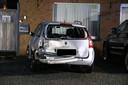 Het geparkeerde voertuig raakte zwaar beschadigd.