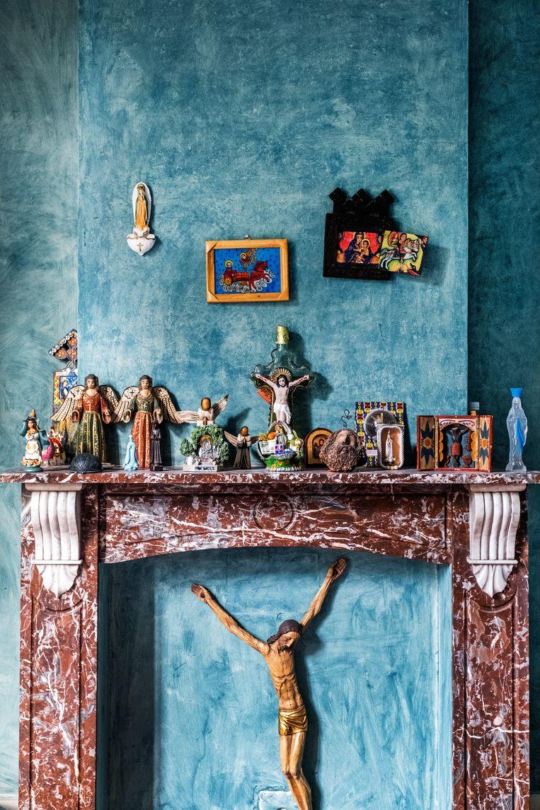 Van Christusbeelden tot miniatuurauto's, door al hun reizen werd het huis een half museum. Beeld Tim Dirven