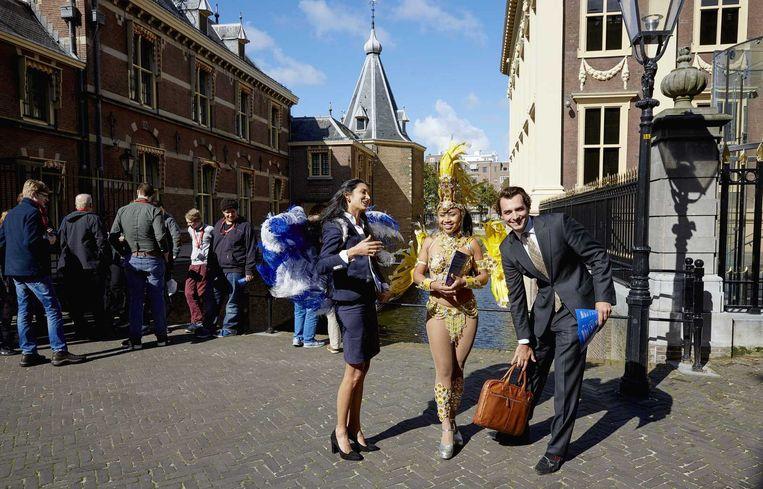 Thierry Baudet (R) haalt handtekeningen op voor GeenPeil bij het Torentje in Den Haag. Beeld null