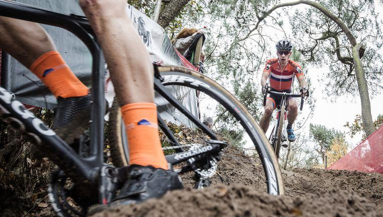 Lars van der Haar zaterdag bij het EK veldrijden in achtervolging op Wout van Aert. De Belg moest op de steile Nootjesberg van de fiets, Van der Haar won. Beeld Jiri Buller