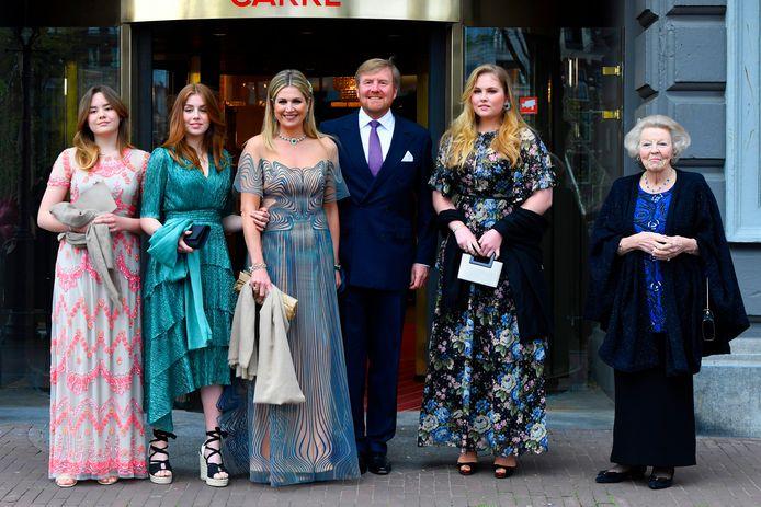 """Koninklijke familie komt aan bij Carre in verband met de TV opnamen van """"Koningin Maxima een leven vol Muziek"""""""