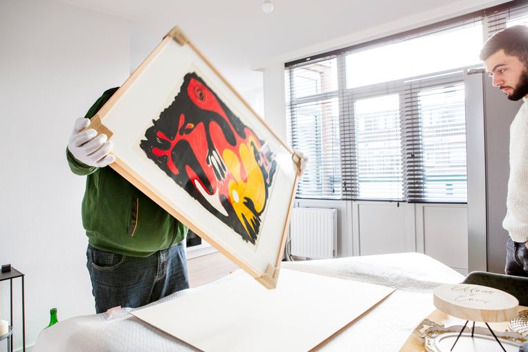 Het project 'Kunstlogé' van het Stedelijk Museum in Schiedam geeft mensen de kans om een werk uit het museum thuis aan de muur te hangen. Enes Taspinar kreeg een werk (zonder titel) van kunstenaar Piet van Stuivenberg te leen. Beeld Pauline Niks