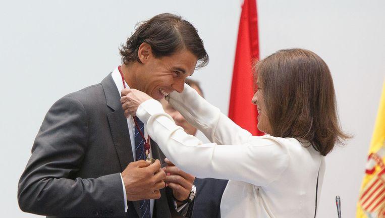 Ana Botella, burgemeester van Madrid, reikt Rafael Nadal een ereteken uit. Beeld GETTY