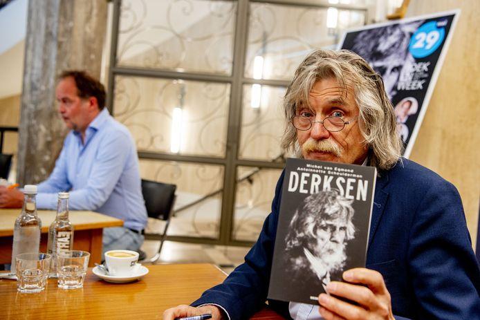Johan Derksen tijdens een signeersessie voor zijn biografie.