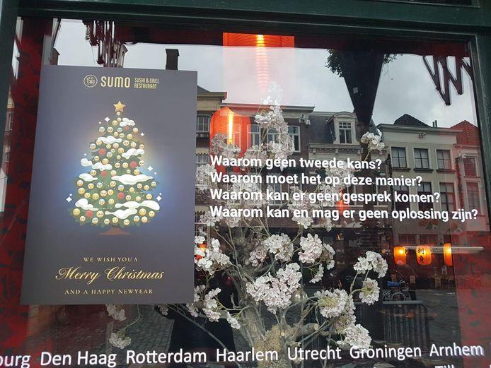 Eerder bericht op het raam van de Sumo-vestiging aan de Grote Markt in Breda.
