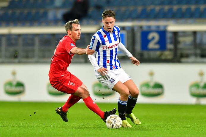 Wout Brama in de achtervolging op Joey Veerman van Heerenveen.