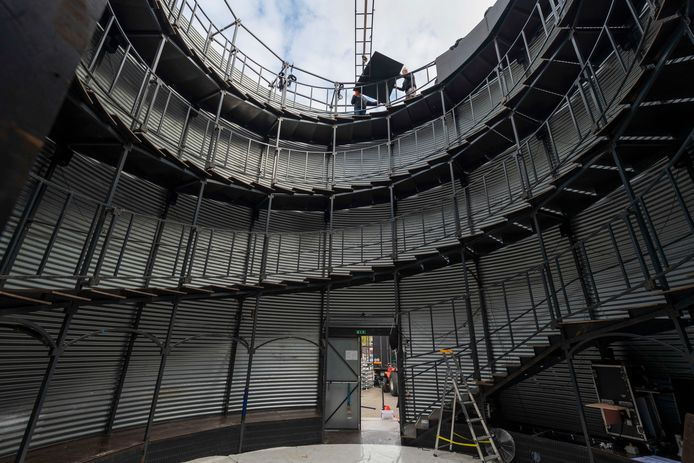 Een spiraalvormige tribune is de zitplaats voor de toeschouwers van l'Absolu.