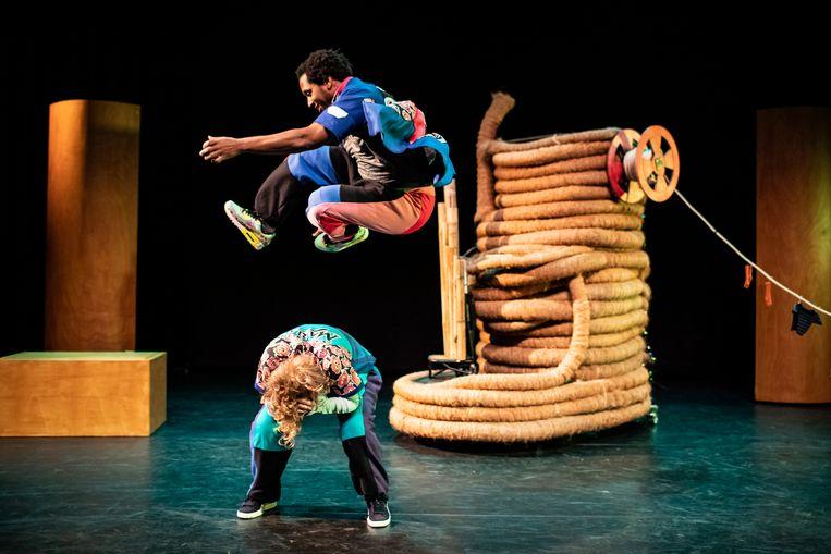 Dansers Stefan Seedorf en Mirjam Ravier in 'Tuimel & Bounce' van Danstheater AYA Beeld Foto Kamerich & Budwilowitz/EYES2