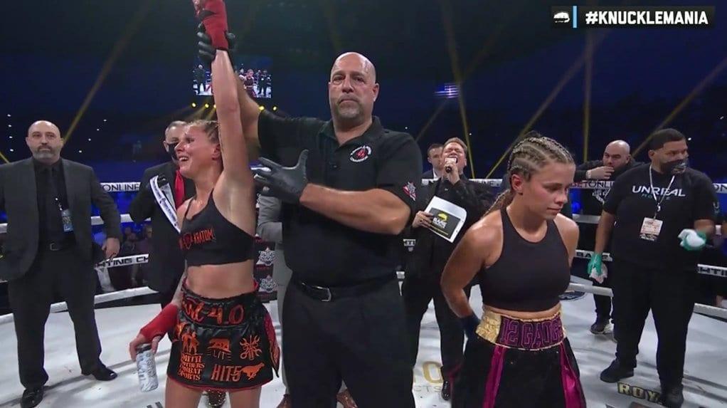 Paige VanZant (rechts) verliest van Britain Hart