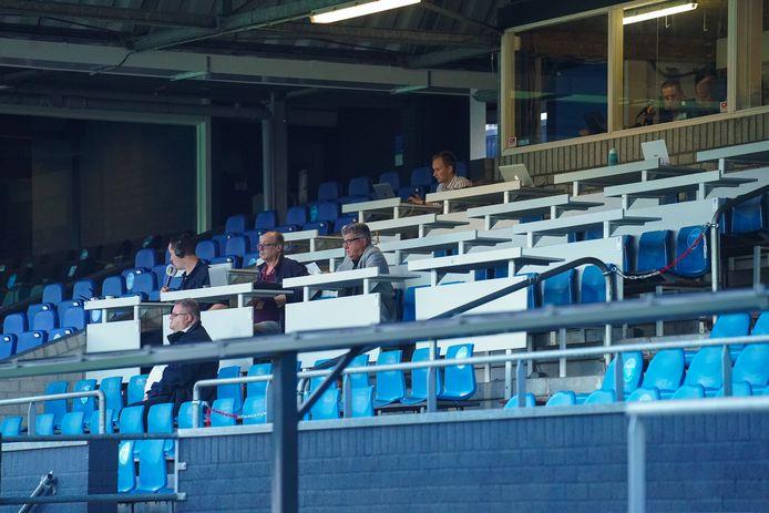 Lege tribunes, met alleen wat pers, zoals dinsdag bij FC Eindhoven - Roda JC, zijn de komende weken het beeld van het Nederlandse voetbal. Maar om daar nu over te gaan piepen...