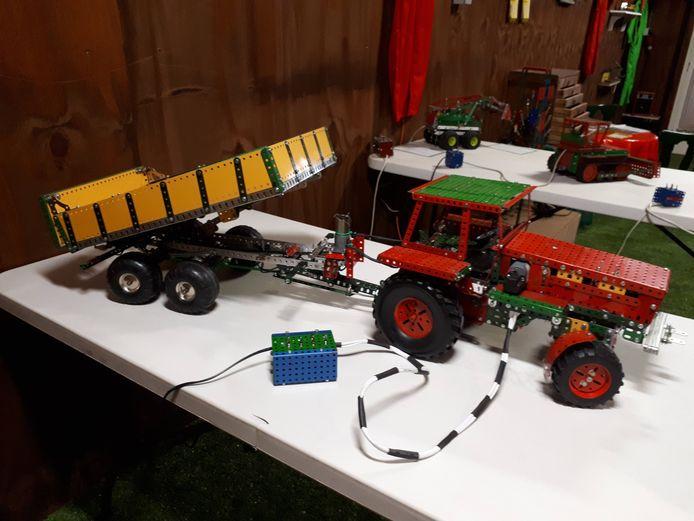 Een zelfgebouwde tractor met aanhanger. Foto Janneke Hobo