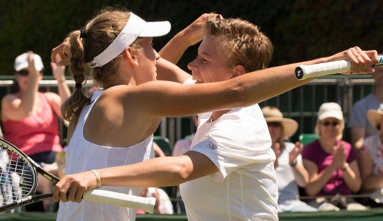 De Belgische Elise Mertens (links) en Demi Schuurs (rechts) vieren de overwinning van hun eerste ronde. Beeld BELGA