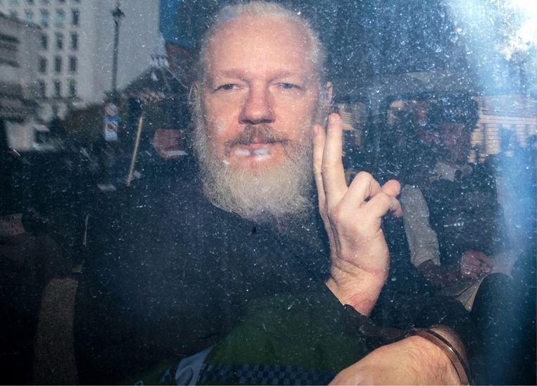 Julian Assange (foto) wordt in isolement vastgehouden en behandeld als was hij een terrorist. Dat is toch waanzin? Beeld