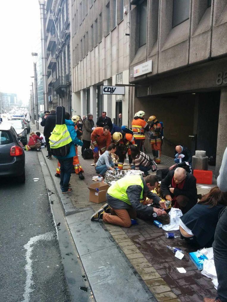 Gewonden op straat bij metrostation Maalbeek. Beeld anp