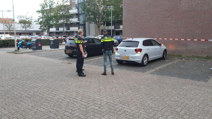De Volkswagen Golf (links) en de Volkswagen Polo (rechts) zouden volgens omstanders achtergelaten zijn door de verdachten de schietpartij aan de Oosterburgwal in Arnhem.
