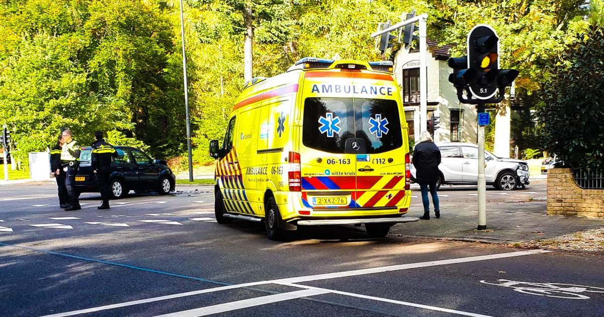 Automobilist gewond na frontale aanrijding in Apeldoorn.