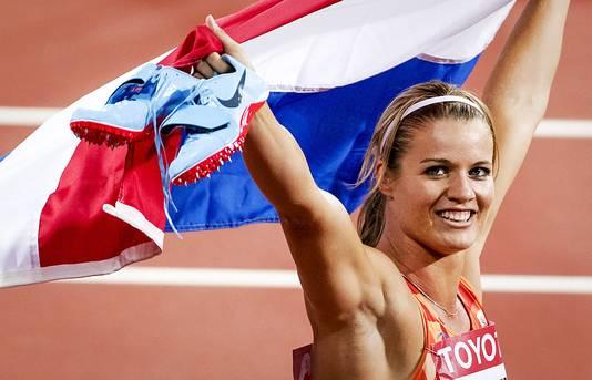Dafne Schippers pakt het goud tijdens de finale van de 200 meter hardlopen op het WK atletiek in het Olympisch Stadion in Londen..