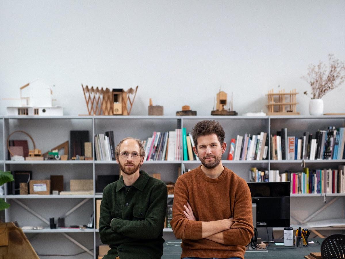Niels Groeneveld (links) en Raoul Vleugels van architectenbureau Werkstatt uit Eindhoven. Zij krijgen in november de Rotterdam-Maaskant-prijs voor jonge architecten 2021.