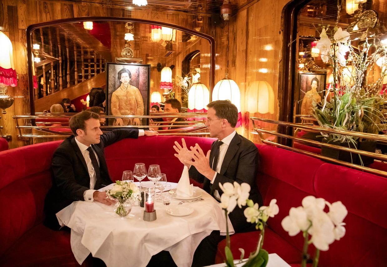 Mark Rutte in 2019 in het Parijse restaurant La Rotonde met de Franse president Emmanue Macron, ter voorbereiding van een Europees overleg. Beeld Hollandse Hoogte /  ANP