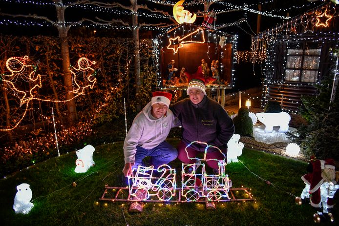 Freddy en Ria hebben hun hele tuin weer vol lichtjes gehangen.