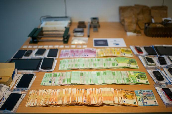 Nageteld 148.850 euro cash werd in Weelde in beslag genomen.