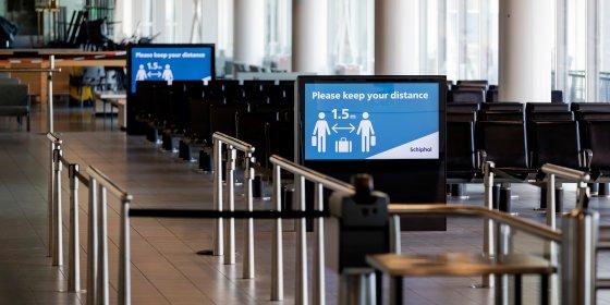 Op Schiphol zit in heel vertrekhal 3 één passagier