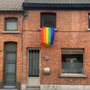 Op verschillende plaatsen in Beveren werd intussen een regenboogvlag uitgehangen als teken van solidariteit.
