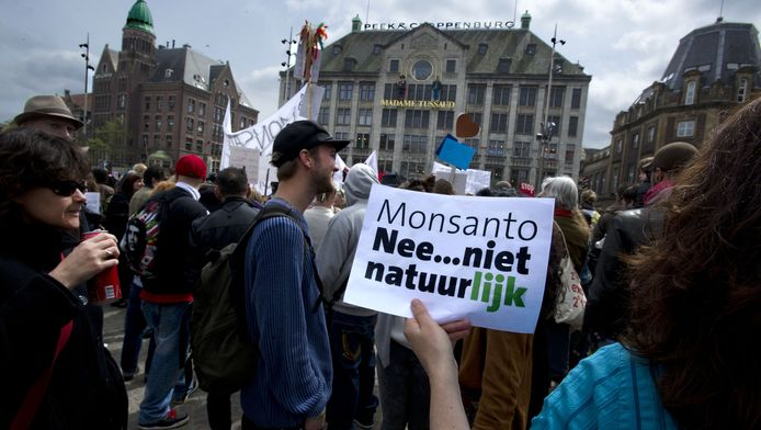 Demonstranten betogen op de Dam tegen de Amerikaanse multinational Monsanto, maker van genetisch gemanipuleerde producten en onkruidverdelger Roundup
