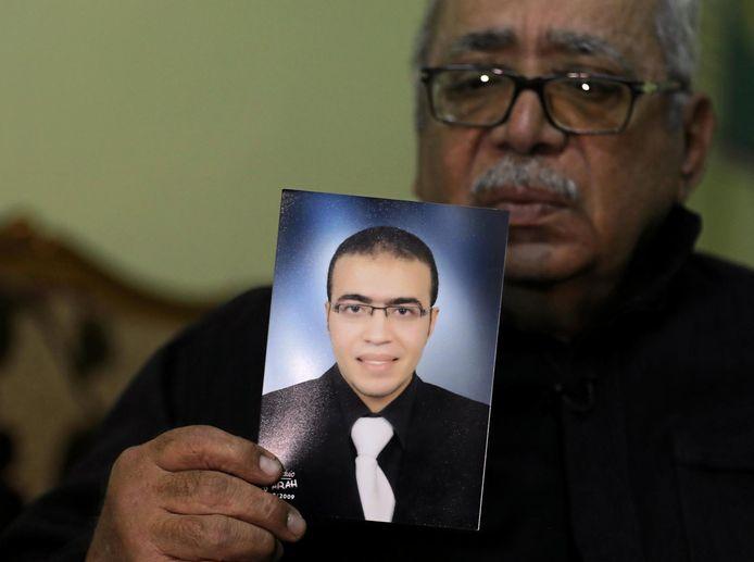 Reda El-Hamahmy tenant une photo de son fils Abdallah, qui pourrait être l'auteur de l'attaque perpétrée au Louvre vendredi.