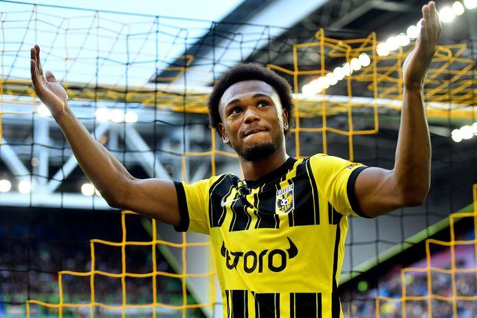 Loïs Openda viert de 2-1 met de aanhang van Vitesse.